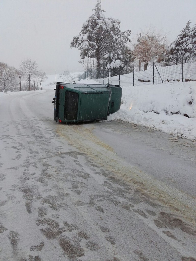 Roccamandolfi, incidente auto causa neve e ghiaccio