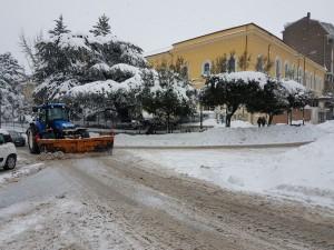 Un trattore in azione a Campobasso per liberare le strade dalla neve