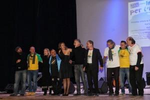 I saluti finali del parterre di musicisti e cantanti del concerto 'Insieme per l'Etiopia'