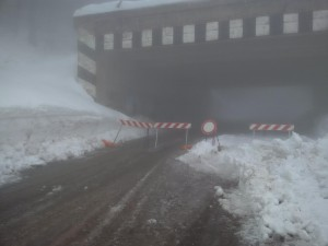 La strada chiusa a Campitello Matese (la foto è della mattina di martedì 24 gennaio 2017)