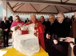 La benedizione della prima pietra della Cattolica da parte di Papa Giovanni Paolo II