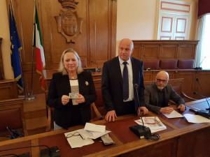 Il sindaco Battista consegna al Prefetto Federico la carta d'identità elettronica.