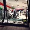 Furto nella notte in un negozio di bici. Ladri sfondano la vetrina.