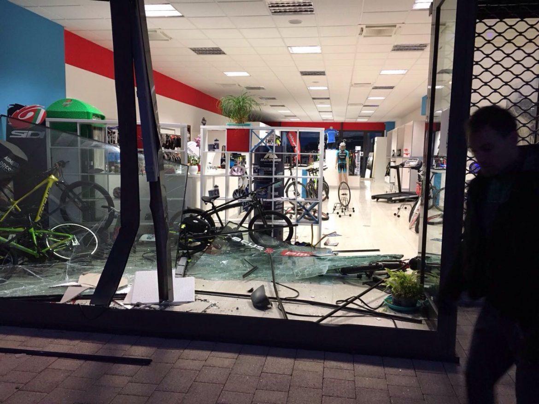 Photo of Furto plateale nella notte: i ladri sfondano la vetrina di un negozio di bici. Ingente il bottino