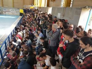 Il pubblico presente al 'PalaSturzo' per la stracittadina di calcio a 5