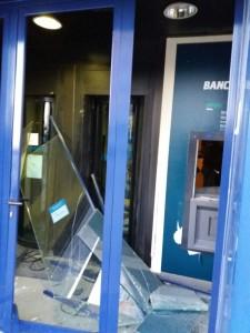 Il bancomat sventrato dall'esplosivo