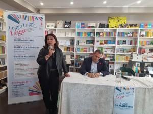 L'assessore de Capoa e il sindaco De Magistris