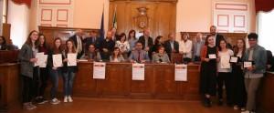 Foto di gruppo con gli organizzatori, i vincitori, i docenti e i dirigenti scolastici