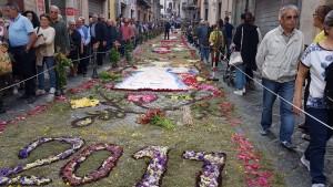 L'Infiorata lungo il via che conduce a San Leonardo
