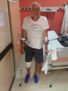 Marco Maestripieri in piedi, all'ospedale di Arezzo, dopo l'intervento