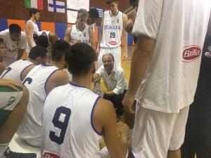 Coach Capobianco dà indicazioni agli azzurrini