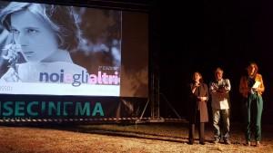 Il saluto iniziale della serata inaugurale della rassegna cinematografica 'Noi e gli altri'
