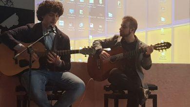 Photo of Storie di giovani / Due chitarre e un testo per non dimenticare: il Giorno della Memoria nella canzone di Angelo e Michele