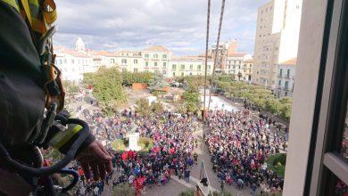 Photo of Pioggia di caramelle e sorrisi: la Befana 'vola' su Campobasso e il sindaco spera di non trovare solo carbone nella calza