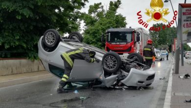 Photo of Rocambolesco incidente alla rotonda di San Giovannello: auto si ribalta