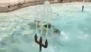 Photo of La calura e quel tuffo postato sui social: il bagno di Nando nella fontana di piazza Vittorio Emanuele diventa virale